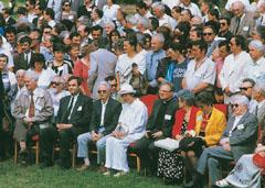 A Magyarok IV. Világkongresszusának megnyitója Ópusztaszeren 1996 júniusában. Avilág ötven országának ötezer képviselője vett részt az eseményen. Az első sorban ülnek: Dobos László felvidéki író, Tőkés László püspök, Csapó Endre közíró (Ausztrália), Papp