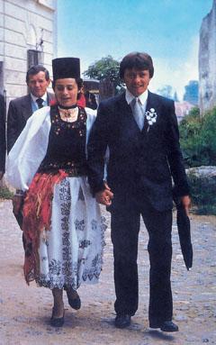 Ifjú szász pár esküvőről jövet Segesváron. Nyolc évszázada élünk együtt a szászokkal