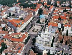 Pécs főtere madártávlatból. A kupolás épület Gázi Kászim pasa dzsámija a török időkből