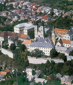 Veszprém egykor a királyné városa, érseki székhely; régi római kori emlékeket is őriz.