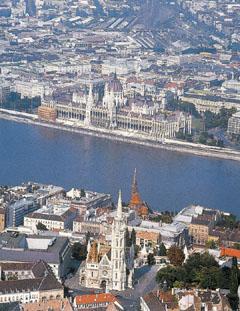Budapest. A Mátyás templom és az Országház madártávlatból