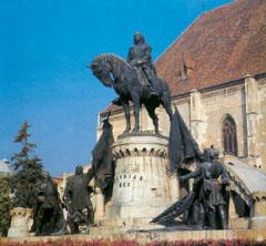 Erdély fővárosának jelképe Mátyás király szobra Kolozsvárt, a főtéren