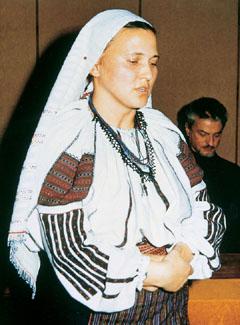 Petrás Mária csángó művész balladát énekel a Bethlen Gábor Alapítvány ünnepségén. A háttérben Szervátiusz Tibor szobrászművész